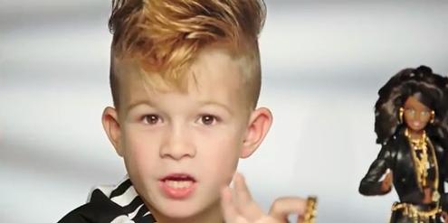 Die neue Barbie sei «so scharf», sagt der Junge im Video-Clip.