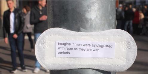 Botschaften auf Damenbinden machen auf Frauenrechte aufmerksam.