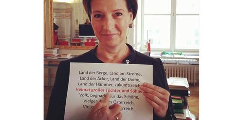 Mit diesem Foto hat Frauenministerin Gabriele Heinisch-Hosek einen Proteststurm ausgelöst.