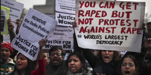 Demonstration für Frauenrechte in Indien, wo sich viele junge Frauen das Leben nehmen.
