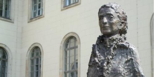 Lise-Meitner-Denkmal im Ehrenhof der Humboldt-Universität.