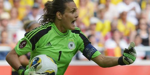 Weltfussballerin Nadine Angerer lehnt Kunstrasen ab.