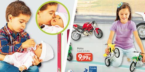 Der Katalog von Toy Planet bricht mit Klischees: Knabe spielt mit Puppe, Mädchen mit Motorrädern.