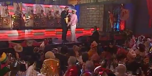 Gabriele Möller-Hasenbeck kritisiert auf der Bühne Bernd Stelter wegen seiner sexistischen Witze.