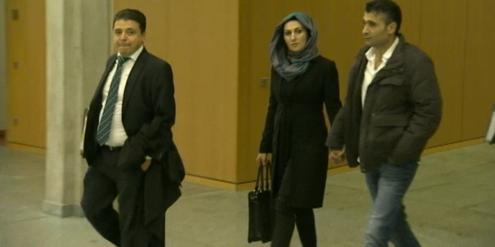 Die 36-jährige Klägerin auf dem Weg zur Gerichtsverhandlung.