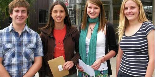 Schülerinnen und Schüler der «Simon Langton Grammar School» mit ihren Abschlusszeugnissen.
