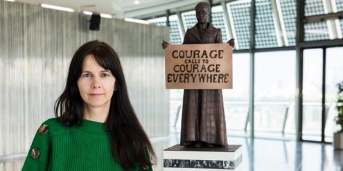 Künstlerin Gillian Wearing mit einem Modell der Statue.