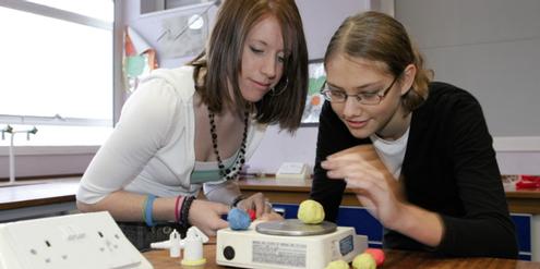 Physik-Unterricht: Mädchen erhalten von unerfahreneren Lehrpersonen schlechtere Noten.