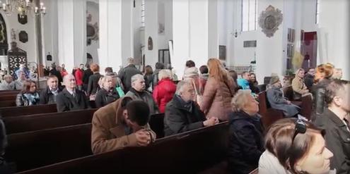 Frauen und einige Männer verlassen eine Kirche, als das Schreiben der Bischöfe verlesen wird.