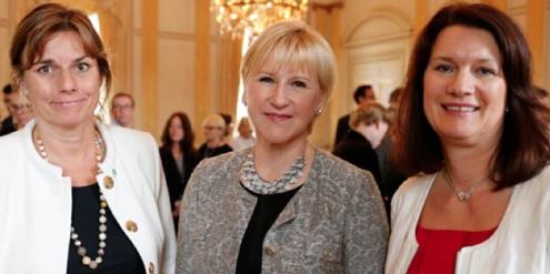 Aussenministerin Wallström (Mitte) und zwei weitere Ministerinnen haben das Handbuch veröffentlicht.