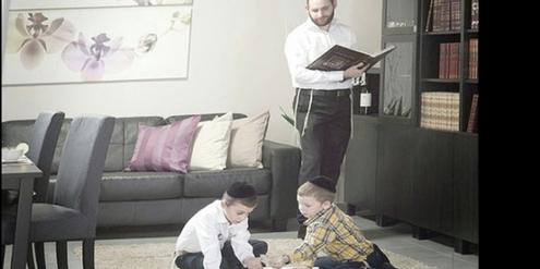 Foto aus dem Ikea-Katalog ohne Frauen für ultraorthodoxe Juden.