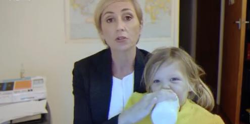 Die fiktive Politikwissenschaftlerin kümmert sich während des TV-Interviews um die Kinder.