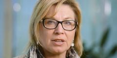 Rosie Batty fordert ein grösseres Engagement der Gesellschaft gegen häusliche Gewalt.