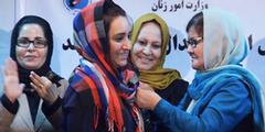 Frauenministerin Dilbar Nazari (rechts) zeichnet mutige Frauenrechtsaktivistinnen aus.