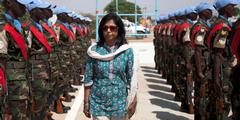 Ameerah Haq, Vizevorsitzende der neuen Arbeitsgruppe, inspiziert eine Uno-Friedenstruppe.