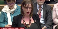 Jess Philips verliest im Parlament die Namen aller Frauen, die letztes Jahr ermordet worden sind.