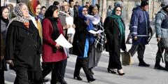 Mutige Demonstrantinnen verlangen, dass Frauen in der afghanischen Regierung vertreten sein müssen.