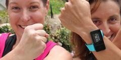 Cheryl Kellong (links) hat auf Kickstarter 400'000 Dollar gesammelt, um Sportuhren herzustellen.