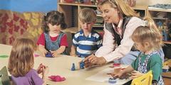 Betriebskindergärten wirken sich positiv auf erwerbstätige Mütter aus.