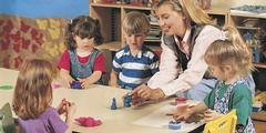 Kindergärtnerinnen fordern höhere Löhne, weil die Anforderungen gestiegen sind.