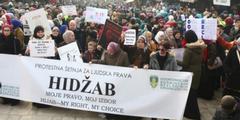 Bosnierinnen demonstrieren gegen das Kopftuchverbot in Justizinstitutionen.