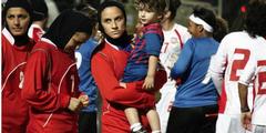 Niloofar Ardalan mit ihrem Sohn nach einem Fussballspiel.