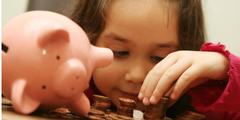 Ein Mädchen hat weniger Taschengeld im Sparschwein als ein Junge.