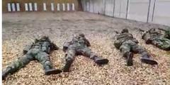 Schiessübung: Soldaten zielen auf ihre Freundin, weil sie untreu war.