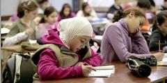 Die Meinungen zum Kopftuch für Mädchen gehen diametral auseinander.