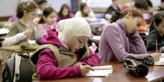 Das Kopftuch sei während des Unterrichtes keine störende Bekleidung, heisst es im Urteil.
