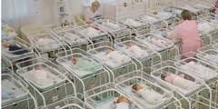 Hotelzimmer in Kiew: Pflegerinnen versorgen die Babys von Leihmüttern.