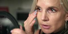 Corinne T. hat blaue Flecken jahrelang überschminkt.