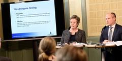 Eva Wendel Rosberg übergibt Justizminister Morgan Johansson das Leihmutterschafts-Gutachten.