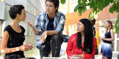 Studierende auf dem Campus der FU Berlin, die im Gleichstellungs-Ranking an der Spitze steht.