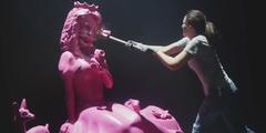 Hornbach-Werbung: Frau zerschlägt mit Vorschlaghammer rosarote Prinzessin.