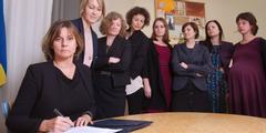 Isabella Lövin unterzeichnet einen Gesetzesentwurf im Kreis von Frauen.