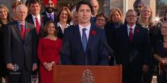 Justin Trudeau stellt seine Regierung vor, die zur Hälfte aus Frauen besteht.