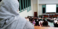 In Frankreich ist eine Kontroverse um das Kopftuch an Universitäten entbrannt.