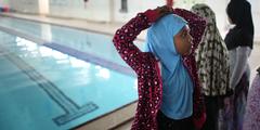 Für Frauen reservierte Stunden in öffentlichen Schwimmbädern beurteilen Frauen unterschiedlich.