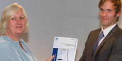 Studienleiterin Ingeborg Rasmussen übergibt die Studie Staatssekretär Vidar Brein-Karlsen.