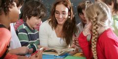 Das Geschlecht und die soziale Herkunft beeinflussen die schulischen Leistungen.