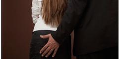 Eine unerwünschte Hand auf dem Po ist ein Übergriff und kein Flirt.