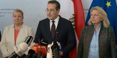«Vaterinszenierung»: Strache mit Krawatte und zwei Ministerinnen bei seiner Rücktrittserklärung.