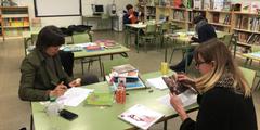 Mütter überprüfen Kinderbücher in der Bibliothek der Tàber-Schule.