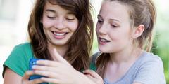Mädchen verbringen mehr Zeit in virtuellen Netzwerken als Jungen.