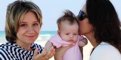 Deutschland anerkennt zwei Frauen auch ohne Adoption als Mütter eines Kindes.