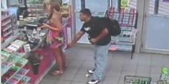 Die Überwachungskamera zeigt: Die Frau an der Kasse bemerkt das Handy unter ihrem Rock nicht.